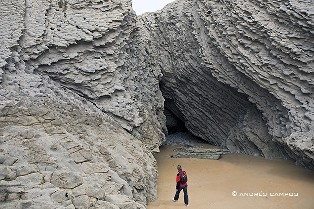 Gruta en la playa de Covachos (Santa Cruz de Bezana, Cantabria)